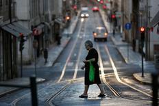 La prima que Portugal debe pagar respecto a Alemania por endeudarse en los mercados financieros alcanzó su máximo nivel en siete meses, antes de una revisión de rating que servirá como preludio de una prueba más crucial sobre la credibilidad del país el mes que viene. En la imagen, una mujer camina por una calle de Lisboa, el 28 de agosto de 2016.  REUTERS/Rafael Marchante