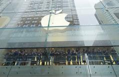 Empleados de Apple celebran mientras los clientes entran a la tienda para comprar los primeros iPhone 7, en Sídney, Australia. 16 de septiembre de 2016. Fanáticos de Apple Inc desde Sídney a Shanghái, los primeros clientes a nivel mundial en acceder al nuevo iPhone 7 en las tiendas, vitorearon al salir de los comercios el viernes con sus compras en mano, flanqueados por personal de ventas que los aplaudían. REUTERS/Jason Reed