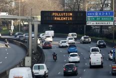 L'Union européenne compte engager des poursuites judiciaires à l'encontre de plusieurs de ses pays membres pour défaut de contrôle des règles en vigueur en matière d'émissions polluantes dans le secteur automobile, a déclaré à Reuters la commissaire à l'Industrie, Elzbieta Bienkowska. /Photo d'archives/REUTERS/Charles Platiau
