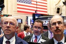 La Bourse de New York a fini en légère baisse vendredi, plombée par un secteur financier qui a accueilli avec une certaine inquiétude le risque encouru par Deutsche Bank de se voir infliger une amende de 14 milliards de dollars (12,5 milliards d'euros) par la justice américaine. L'indice Dow Jones a cédé 0,49%, soit 89,30 points, à 18.123,18. Le S&P-500, plus large, a perdu 8,14 points, soit 0,38%, à 2.139,12. Le Nasdaq Composite a reculé de son côté de 5,12 points (-0,1%) à 5.244,57. /Photo prise le 15 septembre 2016/REUTERS/Brendan McDermid