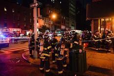 Пожарные на месте взрыва в районе Челси на Манхэттене. Нью-Йорк, 17 сентября 2016 года. Взрыв в оживленном районе Манхэттена в субботу вечером ранил не менее 25 человек. По словам источника в полиции, взрывное устройство находилось в мусорном баке. REUTERS/Rashid Umar Abbasi