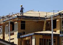 Un trabajador en el techo de una vivienda en Carlsbad, EEUU, sep 22, 2014. El índice que mide la confianza de las empresas constructoras de casas en Estados Unidos subió en septiembre a 65, desde una cifra revisada de 59 en agosto, informó la Asociación Nacional de Constructores de Viviendas (NAHB, por su sigla en inglés).    REUTERS/Mike Blake