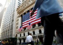 La Bourse de New York a terminé sur une note stable lundi, la hausse des valeurs financières ayant compensé le recul d'Apple, dans un marché nerveux à la veille de la réunion de politique monétaire de la Réserve fédérale américaine (Fed). L'indice Dow Jones a cédé 2,98 points, soit 0,02%, à 18.120,82 points. /Photo prise le 15 septembre 2016/REUTERS/Brendan McDermid