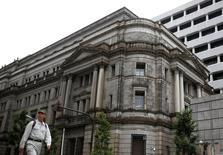 Здание Банка Японии в Токио. Банк Японии может затмить ФРС США и её главу Джанет Йеллен на этой неделе, если примет новые стимулы денежно-кредитной политики в попытке активизировать экономику, а американский ЦБ решит повременить с повышением ставок.  REUTERS/Thomas Peter