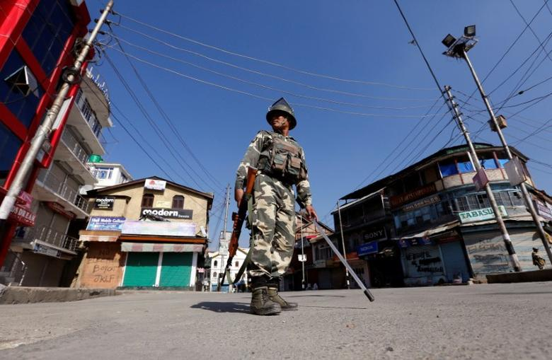 An Indian policeman stands guard in a deserted street during a curfew in Srinagar September 19, 2016. REUTERS/Danish Ismail