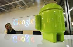 La Commission européenne a donné mardi à Google trois semaines supplémentaires pour répondre aux abus de position dominante avec son système d'exploitation pour appareils mobiles Android. /Photo d'archives/REUTERS/Mark Blinch