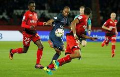 Lucas em jogo do Paris Saint-Germain contra o Dijon.  20/9/16.  REUTERS/Gonzalo Fuentes