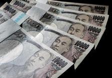 Foto de archivo: Una serie de billetes de 10.000 yenes exhibidos en una oficina de World Currency Shop en Tokio, 9 de agosto del 2010. El Banco de Japón decidió el miércoles adoptar un objetivo para las tasas de interés a largo plazo en una revisión de su enorme programa de estímulo. REUTERS/Yuriko Nakao