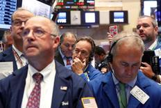 Трейдеры на торгах Нью-Йоркской фондовой биржи 15 сентября 2016 года. Акции США выросли в начале торгов среды благодаря подъему технологического и энергетического секторов в ожидании итогов заседания Федрезерва. REUTERS/Brendan McDermid