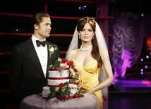Figuras de cera de los actores Brad Pitt y Angelina Jolie con motivo de su boda, en el museo de Madame Tussauds, en Sídney. 29 de agosto de 2014. El museo de Madame Tussauds en Londres dijo el miércoles que separó las figuras de cera de Angelina Jolie y Brad Pitt luego de que la poderosa pareja de actores anunció su ruptura. REUTERS/Jason Reed/Files