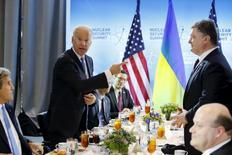 Вице-президент США Джо Байден (слева) шутит на ланче с президентом Украины Петром Порошенко (справа) в Вашингтоне 31 марта 2016 года. Вице-президент США Джо Байден предупредил, что Украина рискует потерять поддержку Евросоюза в противостоянии с Россией, если не поторопится с обещанными экономическими и политическими реформами. REUTERS/Jonathan Ernst