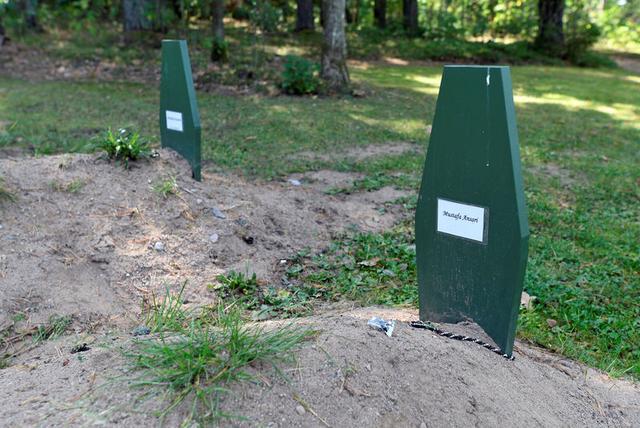 The grave of Afghan migrant Mustafa Ansari is seen at the Bredakra cemetery in Ronneby, Sweden, September 10, 2016.     REUTERS/Fabian Bimmer
