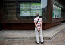 Un hombre mira una pantalla que muestra la tasa cambiaria entre el yen japonés y el euro, afuera de una correduría en Tokio, Japón. 6 de julio de 2016. Las bolsas de Asia operaban el viernes cerca de máximos en 14 meses por las apuestas de que la Reserva Federal de Estados Unidos se encamina a una fase de subidas muy graduales de las tasas de interés. REUTERS/Issei Kato