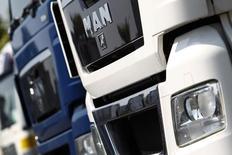 MAN, filiale poids lourds de Volkswagen, a annoncé vendredi son intention de supprimer 1.400 postes au sein de sa division de moteurs diesel dans le but d'économiser plus de 450 millions d'euros supplémentaires. /Photo d'archives/REUTERS/Alex Domanski