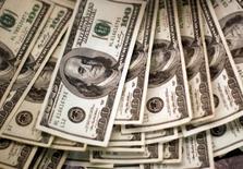 Em foto de arquivo, notas de dólar são vistas em banco em Westminster, nos EUA  03/11/2009 REUTERS/Rick Wilking/File Photo