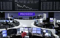 Operadores trabajando en la Bolsa de Fráncfort, Alemania. 23 de septiembre de 2016. Las bolsas europeas bajaban el lunes, lastradas por el declive de las acciones de los principales bancos y empresas de energía.  REUTERS/Staff/Remote