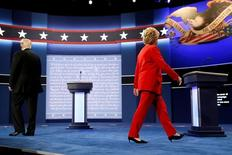 Кандидат в президенты США от республиканцев Дональд Трамп и кандидат от демократов Хиллари Клинтон выходят на сцену в начале теледебатов в Хемпстеде, штат Нью-Йорк, 26 сентября 2016 года. Национальная валюта Мексики скакнула в цене более чем на процент в торгах в Азии утром во вторник на фоне продолжавшихся в понедельник в США вечерних теледебатах кандидатов в президенты. REUTERS/Jonathan Ernst