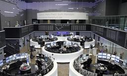 La tendance s'est retournée à la baisse sur les Bourses européennes mardi en cours de matinée, pour afficher des pertes de l'ordre de 0,5% à mi-séance, dans des marchés encore plombés par Deutsche Bank. À Paris, l'indice CAC 40 perdait 0,48% à 4.386,65 points à 13h05. À Francfort, le Dax cédait 0,76% et à Londres, le FTSE 0,12%. L'indice paneuropéen FTSEurofirst 300 lâche 0,32%, l'EuroStoxx 50 de la zone euro 0,32% et le Stoxx 600 0,35%. /Photo d'archives/REUTERS/Staff/Remote