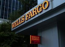 Wells Fargo, à suivre mardi à la Bourse de New York, est la cible d'une plainte en nom collectif qui l'accuse d'avoir trompé les investisseurs sur ses performances financières et ses pratiques commerciales. /Photo prise le 26 septembre 2016/REUTERS/Mike Blake