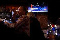 Посетители ресторана McGregor's Bar and Grill смотрят теледебаты между кандидатами в президенты США Хиллари Клинтон и Дональдом Трампом в Сан-Диего, Калифорния, 26 сентября 2016 года. Число следивших за первым столкновением лицом к лицу кандидатов в президенты США телезрителей приблизилась к 80 миллионам - рекорду 1980 года, когда дискутировали Рональд Рейган и проигравший ему Джимми Картер. REUTERS/Sandy Huffaker