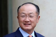 L'Américain Jim Yong Kim a été reconduit mardi pour un mandat de cinq ans en tant que président de la Banque mondiale, aucun rival ne s'étant présenté avant la clôture du dépôt des candidatures. /Photo prise le 29 août 2016/REUTERS/Charles Platiau
