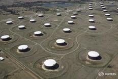 Нефтехранилища в Кушинге, Оклахома 24 марта 2016 года. Запасы нефти в США снизились на прошлой неделе, показали данные Американского института нефти (API) во вторник.   REUTERS/Nick Oxford/File Photo