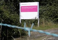 EDF et le gouvernement britannique devraient signer jeudi le contrat portant sur la construction de deux réacteurs EPR à Hinkley Point en Grande-Bretagne, dans le sud-ouest de l'Angleterre, selon une source proche du dossier. /Photo prise le 4 août 2016/REUTERS/Darren Staples