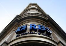 """Royal Bank of Scotland versera 1,1 milliard de dollars (983 millions d'euros) pour régler un litige portant sur la vente de créances immobilières titrisées (MBS) à des organismes de crédit mutualistes (""""credit union"""") américains. /Photo d'archives/REUTERS/Luke MacGregor"""