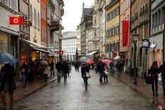 Personas caminando en un distrito comercial en Konstanz, Alemania. 17 de enero de 2015. La confianza entre los consumidores alemanes empeoró levemente en camino a octubre pero se mantuvo en uno de los niveles más altos en más de una década, mostró un sondeo el miércoles, lo que sugiere que el consumo privado podría compensar la debilidad de las exportaciones. REUTERS/Arnd Wiegmann