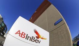 El logo de Anheuser-Busch InBev afuera de la sede de la compañía en Leuven, Bélgica. 25 de febrero de 2016. Los accionistas de SABMiller aprobaron el miércoles por amplia mayoría su adquisición por parte de su rival cervecera Anheuser-Busch InBev por más de 100.000 millones de dólares, allanando el camino para una de las mayores fusiones corporativas en la historia. REUTERS/Yves Herman/File Photo