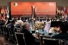 Participantes en la sesión final del Foro Internacional de Energía, en Algiers, Argelia. 28 de septiembre de 2016. La Organización de Países Exportadores de Petróleo (OPEP) llegó el miércoles a un acuerdo para reducir su producción a 32,5 millones de barriles por día (bpd) desde los actuales 33,24 millones de bpd, dijeron a Reuters dos fuentes del grupo. REUTERS/Ramzi Boudina