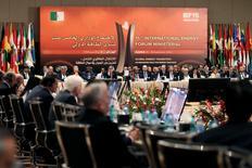Les membres de l'Organisation des pays exportateurs de pétrole (Opep), réunis de manière informelle à Alger, ont convenu de limiter la production totale du cartel à 32,5 millions de barils par jour contre un niveau actuel de 33,24 millions. /Photo prise le 28 septembre 2016/REUTERS/Ramzi Boudina