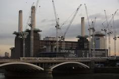 Foto ao entardecer da Estação Termelétrica de Battersea, com uma das famosas chaminés faltando, em Londres 16/12/2014. REUTERS/Neil Hall/