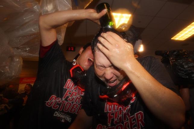 9月28日、米大リーグのレッドソックスが3年ぶりのア・リーグ東地区優勝を決めた。写真はシャンパンファイトで喜ぶ上原(左)と田沢の日本人投手(2016年 ロイター/Brad Penner-USA TODAY Sports)