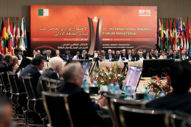 9月29日、ゴールドマン・サックスは、OPECが事実上の減産に合意したことにより、原油価格は来年前半に1バレルあたり7─10ドル上昇する可能性があるとの見方を示した。アルジェリアの首都アルジェで開催された第15回国際エネルギーフォーラムで28日撮影(2016年 ロイター/Ramzi Boudina)