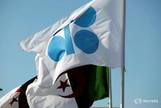 Banderas de la OPEP y Argelia durante una reunión de miembros de la OPEP, en Algiers, Argelia. 28 de septiembre de 2016. Por años, los debates en la sala de conferencias de la OPEP han sido dominados por los enfrentamientos entre el mayor productor del grupo, Arabia Saudita, y su archirrival Irán.  REUTERS/Ramzi Boudina