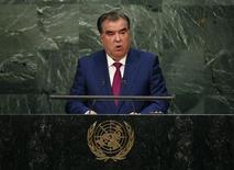 Президент Таджикистана Эмомали Рахмон выступает на Генеральной Ассамблее ООН в Нью-Йорке 29 сентября 2015 года. Оппозиционные политики и активисты Таджикистана обвинили власти в организации жестоких нападений толпы на их семьи в борьбе с инакомыслием, развязанной президентом Рахмоном. REUTERS/Mike Segar
