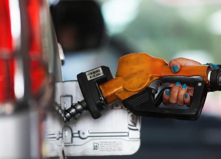 A worker at state-owned Pertamina, the country's main retailer of subsidised fuel, fills a vehicle at a petrol station in Jakarta November 17, 2014.  REUTERS/Beawiharta/File Photo