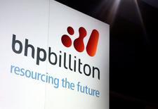 Un cartel de la minera BHP Billiton, en el centro de Sídney, Australia. 20 de agosto de 2013. Un corte de energía en Australia Meridional ha reducido en más de 300.000 toneladas la capacidad de producción anual de cobre y suspendido las operaciones en la única fundición de plomo del estado australiano, dijeron el jueves productores. REUTERS/David Gray/File Photo