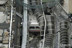 Крыша железнодорожной станции в Хобокене, поврежденная сошедшим с рельсов поездом 29 сентября 2016 года. Трое погибли и более сотни пострадали, некоторые из них - в критическом состоянии после того, как пассажирский поезд New Jersey Transit сошел с рельсов и врезался в станцию в Хобокене, штат Нью-Джерси, в утренний час-пик в четверг, сообщили американские СМИ и представитель транспортной корпорации. REUTERS/Carlo Allegri