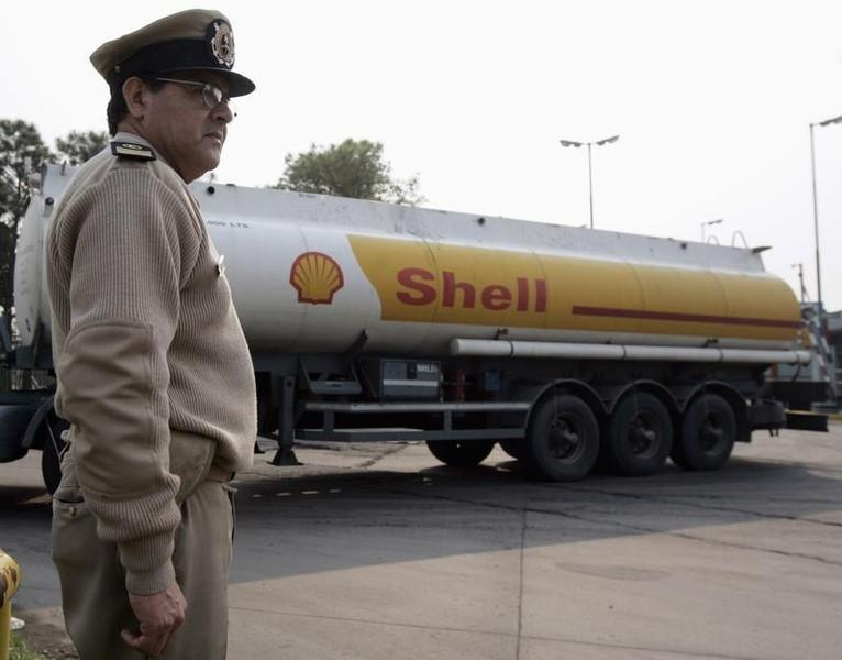 A member of Argentina's Coast Guard stands outside Royal Dutch Shell's refinery as in Dock Sud on the outskirts of Buenos Aires September 6, 2007. REUTERS/Marcos Brindicci