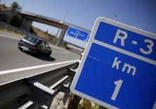 A un día del previsto cierre al tráfico de las autopistas radiales de peaje R-3 y R-5 de Madrid, un tribunal mercantil madrileño acordó dejar sin efecto el cese de explotación fijado por el plan de liquidación de las autovías quebradas. En la imagen de archivo, un coche circulando junto a una señal de la R-3 de Madrid. . REUTERS/Sergio Perez
