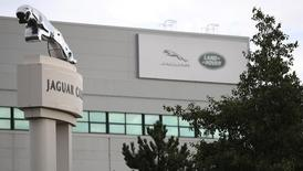 """Jaguar Land Rover va """"réorienter sa réflexion"""" sur ses investissements après la décision britannique de sortir de l'Union européenne. Pour le premier constructeur automobile britannique, si Nissan obtient de Londres des compensations, les autres constructeurs doivent également bénéficier d'un traitement équivalent. /Photo prise le 12 septembre 2016/REUTERS/Phil Noble"""