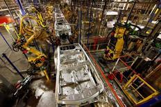 PSA ne pense pas que les robots collaboratifs qu'il teste actuellement dans trois de ses usines finiront par prendre la place des humains. /Photo d'archives/REUTERS/Benoît Tessier