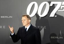 """El actor Daniel Craig posa para una fotografía en la alfombra roja del estreno de """"Spectre"""" en Berlín, Alemania. 28 de octubre de 2015. El equipo detrás de las películas de James Bond quiere que Daniel Craig vuelva a interpretar al agente 007, afirmó el productor ejecutivo de la saga de espías el viernes, pese a que el actor británico había dicho que prefería cortarse las muñecas a retomar el papel. REUTERS/Fabrizio Bensch/File Photo"""