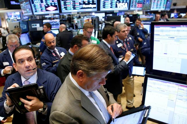 Traders work on the floor of the New York Stock Exchange (NYSE) in New York City, U.S., September 28, 2016.  REUTERS/Brendan McDermid/File Photo