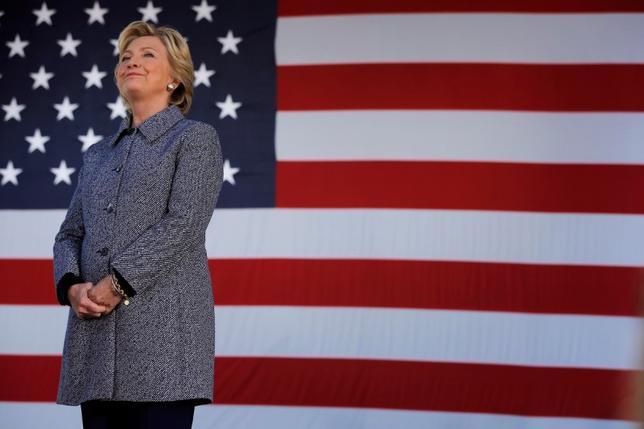 9月29日、米大統領選で民主党のクリントン候補が勝利した場合、財務長官など経済関係の要職にはウォール街に厳しく対峙する人材を選ぶよう、党内の進歩派から圧力が掛かりそうだ。写真は米アイオワ州デモインの選挙集会に参加するクリントン氏。29日撮影(2016年 ロイター/Brian Snyder)