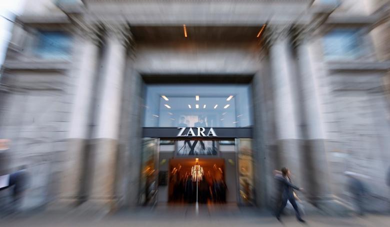 People walk past a Zara store in Barcelona, November 5, 2013. REUTERS/Albert Gea