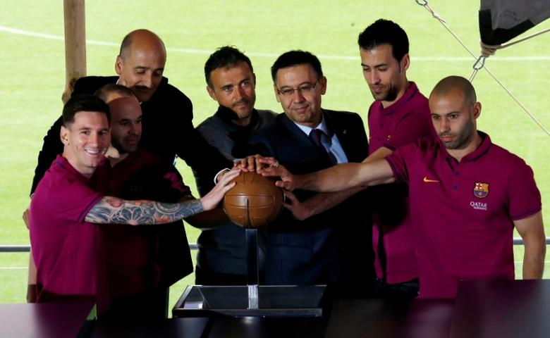 (L-R) Barcelona's Lionel Messi, Andres Iniesta, member of the board Jordi Moix, coach Luis Enrique, president Josep Maria Bartomeu, Sergio Busquets and Javier Mascherano unveil the project to reform the Camp Nou stadium in Barcelona, Spain, April 21, 2016.  REUTERS/Albert Gea