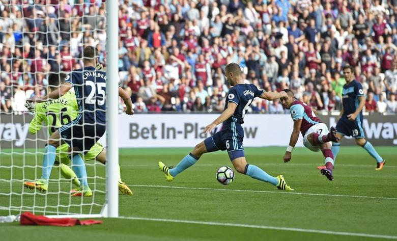 Britain Soccer Football - West Ham United v Middlesbrough - Premier League - London Stadium - 1/10/16West Ham United's Dimitri Payet scores their first goal Action Images via Reuters / Tony O'BrienLivepicEDITORIAL USE ONLY.